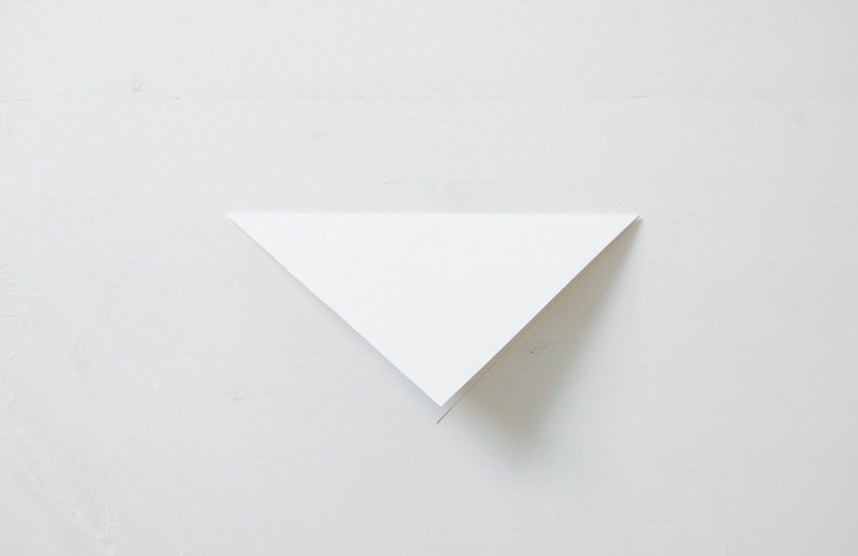 DIY Papirdamant start med at folde papiret på tværs
