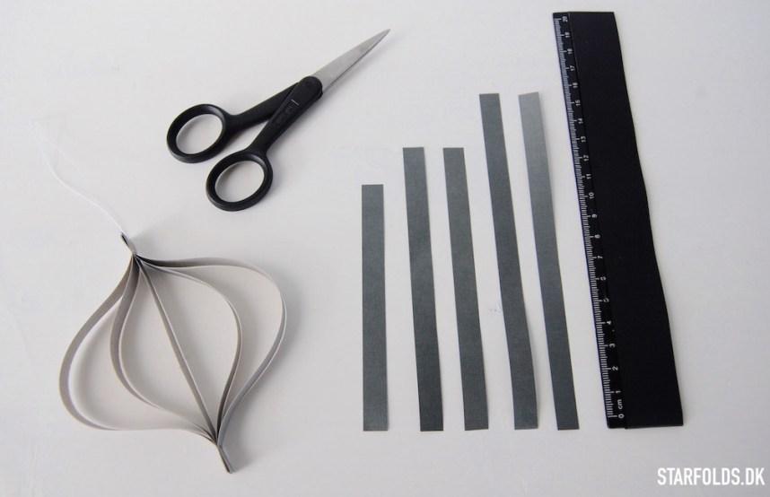 DIY Papirophæng trin 1 Klip flettestrimlerne ud i de tre viste størrelser så du har 5 strimler ialt
