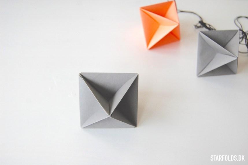 Færdigmonterede geometriske ophæng i grå og koral farver