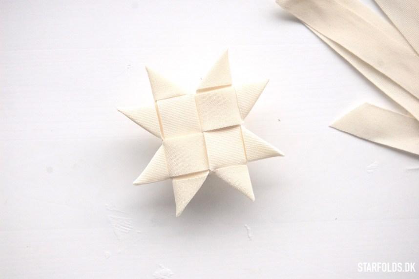 DIY Flettet julestjerne I tekstilbånd trin 7 bagside