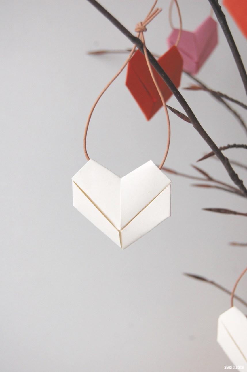 DIY origami hjerter i papir hvidt på gren