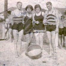 """Krajem osamdesetih godina u Vršcu se otvara letnje kupatilo, plivaonica pod slobodnim nebom; dosta je veliko i za veći broj kupača. Tih godina Vršac ima gradskog inženjera, koji je, izgleda, imao naročito interesovanje za arteske bunare i kupatila. Tako iz br. 17/888 Werschetzer Gebirgbote-a doznajemo da je gradski inženjer Josif Kunce počeo na današnjem marvenom trgu, preko puta od gradske klanice, da niveliše, kopa zemlju, za jedan veći basen koji bi bio građanstvu prepušten samo za letnju sezonu. """"Sa čežnjom očekujemo što skoriju izgradnju ovog za Vršac toliko potrebnog poduhvata"""", beleže novine. Br. 24/888 istih novina zabeležio je da je basen za kupanje i plivanje velik 1000 m2, dubok 1,2 m, pa se već grade i kabine za ostavu rublja. Dva arteska bunara daju vodu iz dubine od 27 m, koja zaudara na sumpor i topla je 13,5 R. Postavljen je već i učitelj plivanja. 1890. godine kupatilo dobija i četvrti bunar koji izbacuje vodu iz dubine od 72 m. Sva četiri bunara daju na sat 156 hl. vode. 18. i 19. jula 1890. godine posetili su Vršac članovi Agrikulturnog udruženja, sa namerom da razgledaju čuvene vršačke vinograde, podrume i slično iz vinogradarstva, pa su, pored ostalog, posetili i Kunceovo kupatilo, pili njegovu vodu iz dubine od 72 m, pohvalili je i ujedno izjavili da bolje i zdravije kupatilo nema nijedan od gradova koji je bez reke. U proleće 1891. godine iskopan je još jedan – peti – bunar, čija je voda dolazila iz dubine od 75 m. Ovo kupatilo radilo je preko 30 godina i kada su njegovi bunari otkazali poslušnost, prestalo je i ono da radi. Zadržao sam se nešto duže na ova dva prva vršačka kupatila, jer su oba i najdužeg veka te i najviše koristila građanstvu. Novijeg su datuma još dva vršačka kupatila, jedno je tzv. Merklovo, na uglu Pančevačke i Jagnjeće (danas 2 Oktobra i Dečanske) ulice. Otvoreno je dve godine pred Prvi svetski rat, a 1920 godine prestalo je da radi. Zgradu je sopstvenik prodao privatnicima, oni su je porušili i na tome mestu nazidali seb"""