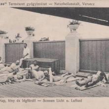 """1912. godine Vršac dobija jednu zdravstvenu instituciju, podešenu po svima propisima napredne higijene. To je prirodno lečilište """"Sanitas"""". Zgrada postoji i danas ali ne kao prirodno lečilište """"Sanitas"""" već kao javna bolnica. Uz zgradu """"Sanitas"""" izgrađeno je i parno kupatilo, namenjeno pacijentima, ali se njima služilo i građanstvo. Prvi lekar za fiz. dietetičnu terapiju bio je Dr. Louis Boesnach, a dok ovaj nije nostrificirao svoju ženevsku diplomu, zamenjivao ga je Dr. Konstantin Demetrović."""