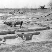 """Jula meseca 1952. godine počela je izgradnja jednog dosad najvećeg letnjeg kupališta u Vršcu, Veštačkog jezera. Napornim, pa i dobrovoljnim radom, razume se i materijalnim žrtvama samog grada, na mestu gde su negda bile rupčage sa ustajalom vodom, stvoreno je jezero kojim se Vrščani danas ponose. Plan je izradio njegov inicijator inž. Boda Jovanović i Vrščani su već 1954. godine izdašno koristili odličnu vodu jezera. S jeseni iste godine i u proleće 1955. radilo se uglavnom na ulepšavanju jezera. Veći deo njegovih obala je popločan, podignute su moderne kabine, 30 za pojedince i dve veće zajedničke. Po projektu graditelja inženjera izgradiće se još toliki broj kabina, a u planu je i bife. Okolina se stalno ulepšava. Na pošumljenom terenu zasađeno drveće dobro napreduje, i kako kaže projektant, inženjer B. Jovanović, Vršac će za 2–3 godine imati jezero koje će odgovarati svim modernim uslovima jedne moderne letnje kupke. Samo jezero veliko je 40.000 m2. Prema analizi, voda je zdrava, lekovita. Iz dva arteska bunara izliva se u jezero voda topla 22°. Po svom hemijskom sastavu voda dolazi u red slanih murijaciticnih voda sa zemnoalkalnim karakterom i slična je slanoj vodi banje Slankamen u Sremu. Uloženo je dosta truda dok se do jezera došlo i grad je prineo i dosta materijalnih žrtava, ali su zato građani i okolina dobili jedan kulturno-higijenski objekat prvoklasne vrednosti."""""""