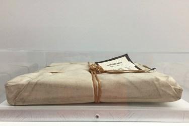 Wrapped Book, 3D Objekt, verhüllt in Leinen, signiert © starkandart.com