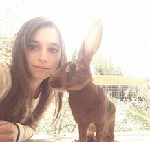 Tabea mit einem ihrer Hasen (Foto: Tabea Berger)