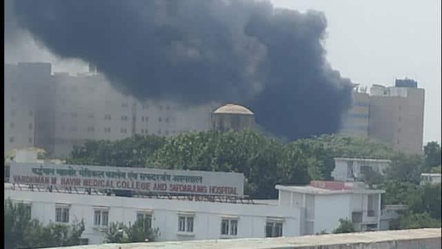 दिल्ली : सफदरजंग अस्पताल में कचरे के ढेर में लगी आग, चारों ओर मची अफरा-तफरी