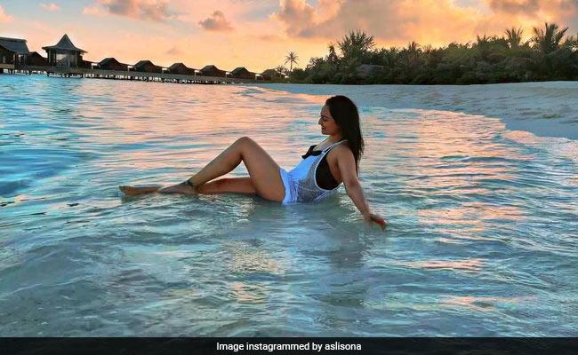सोनाक्षी सिन्हा ने मालदीव पहुंचकर बीच पर यूं किया एंजॉय, Video में दिखा एक्ट्रेस का जबरदस्त अंदाज