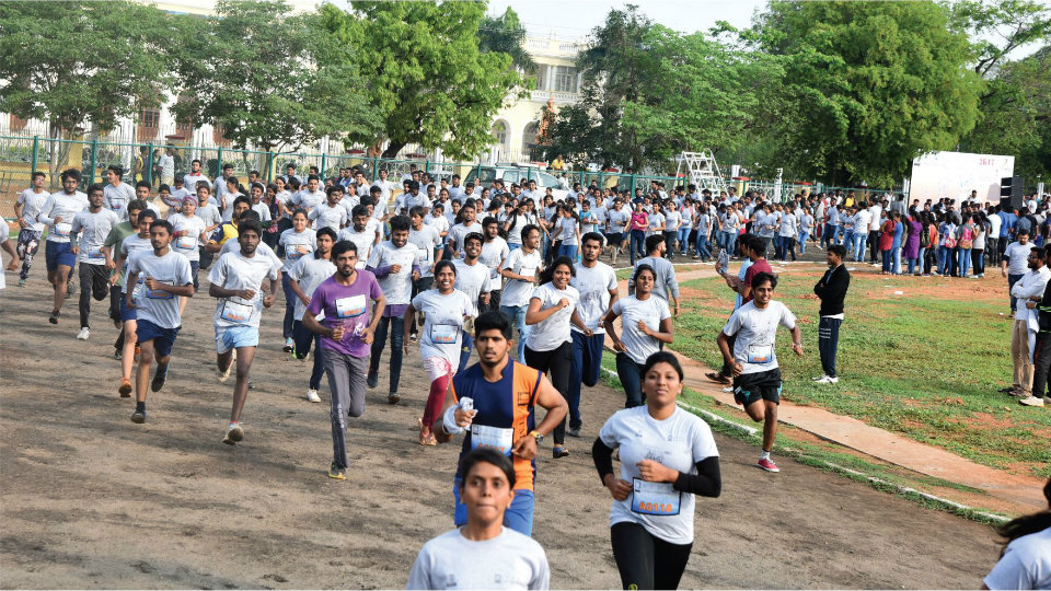 Hundreds of students run for 'Digital India'