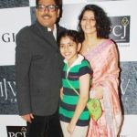 shailesh-lodha-with-his-wife-and-daughter