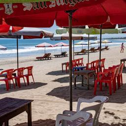 Nederlanders boeken minder vakanties door coronazorgen