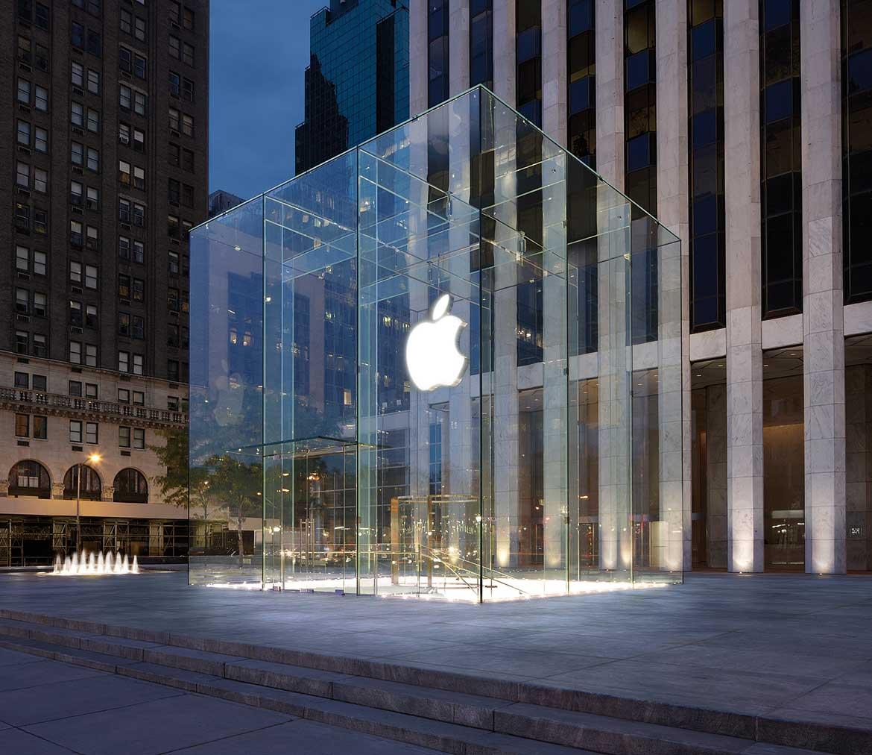 """Medan konkurrenterna lade ned sina butiker ville Steve Jobs att Apple skulle öppna egendesignade """"Apple Stores"""". Han detaljstyrde alltifrån färgen på väggarna till valet av glasdörrar. Paradbutiken på 5th Avenue i New York är en av de mest berömda."""