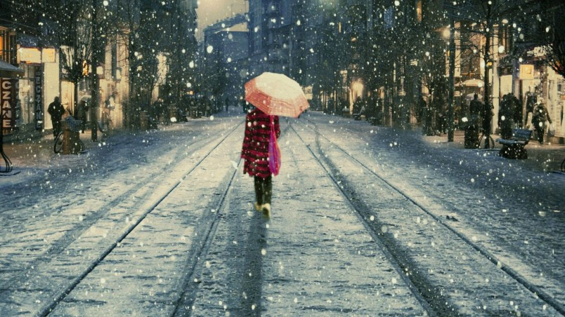 walk-snow-umbrella-street-photography-pictures