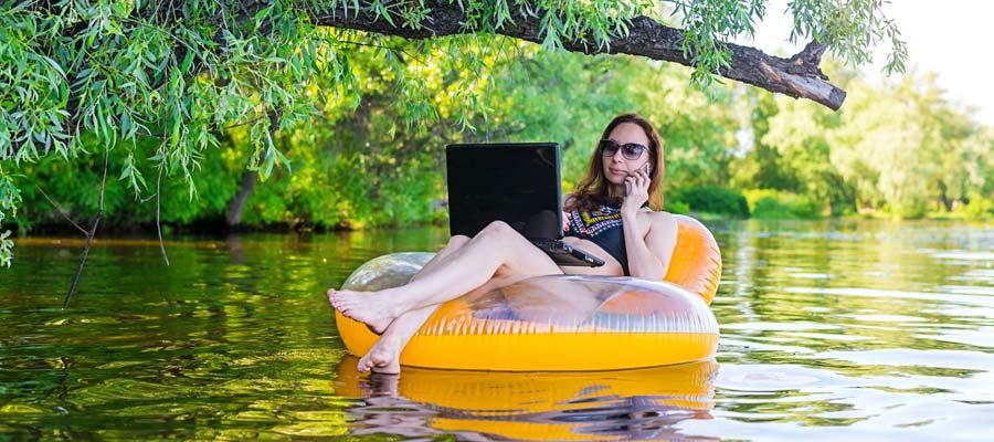 Workaholic Selbstständig Urlaub (Bild: Shutterstock)