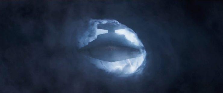 Vervolgens zien we een Star Destroyer dramatisch uit een atmosferische storm tevoorschijn komen.