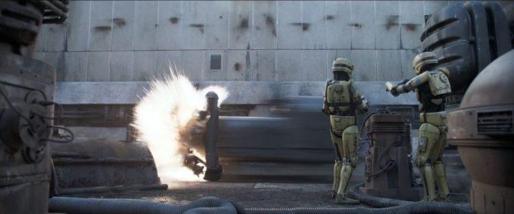 In het volgende sot lijken Solo en Qi'Ra er echter beter vanaf te komen dan de grotere speeder. Die zien we hier een obstakel omver rijden terwijl twee droids hulpeloos toekijken.