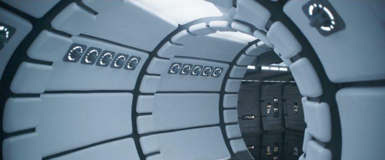 En dan krijgen we weer een shot dat er heel bekend uit ziet, maar toch ook weer niet. We zien hier wat lijkt op een van de gangen in de Millennium Falcon. Maar net als met de cockpit aan het begin van de teaser ziet deze gang er uit alsof het schip net uit de fabriek is komen vliegen.