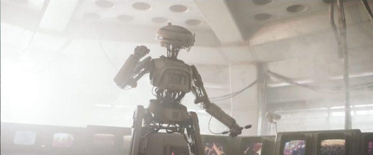 """Een shot van een droid waar C-3PO van zou gaan blozen. """"My goodness.. his parts are showing!"""". Verder lijkt de droid ook niet helemaal op zijn gemak te zijn, achter hem zien we allerlei vonken die niet veel goeds voorspellen."""