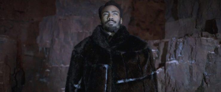 Hello… What have we here? Dit shot vergt geen uitleg. Donald Glover als Lando Calrissian. En uiteraard draagt hij een imposante cape. En meer gezichtsbeharing dan we van Lando gewend zijn. Maar zoals te verwachten staat het hem zeker niet slecht.