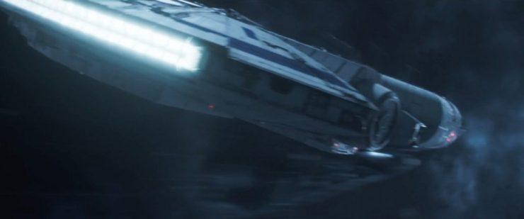 En dan zien we de alombekende YT-1300 in actie. De Millennium Falcon, nog steeds met een hagel nieuw uiterlijk. Een witte verflaag met blauwe accenten en een langere neus dan we van de (niet niet zo roestige) roestbak gewend zijn.