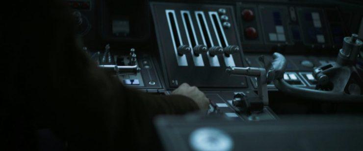 Net als de teaser begint ook de trailer in stilte. We horen weer enkel het geluid van de schakelaars op het dashboard van de Falcon.