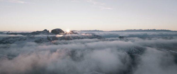 Vervolgens krijgen we een mooi shot van een berglandschap op een onbekende planeet.