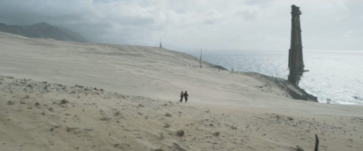 Na de twee eerdere shots van de brandschone falcon zien we Han en Qi'Ra over duinen naar een hoog gebouw lopen.
