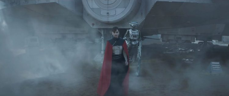 Qi'Ra met een droid. (en super gave cape).