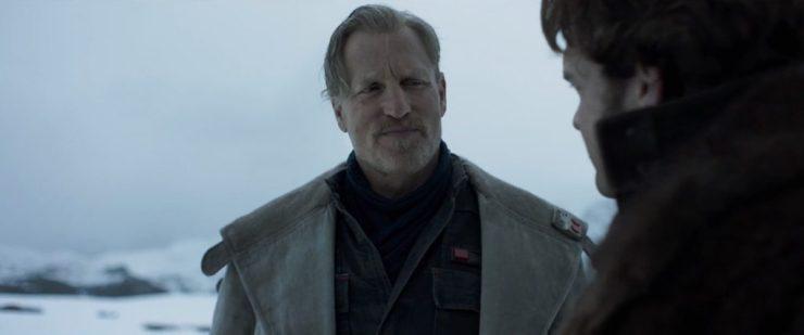 Solo vertaalt het geluid dat Chewie maakte als een toezegging. Let wel dat deze scene zich in de sneeuw afspeelt, niet in de duinen van een warmere planeet waar Beckett Solo vroeg of hij mee deed.