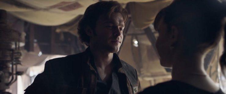 Gedurende de laatste paar scenes horen we Qi'Ra tegen Han zeggen dat zij wellicht de enige persoon is die weet wat hij echt is. Wanneer hij vraagt wat dat dan is verschijnt het logo van de film weer in beeld.