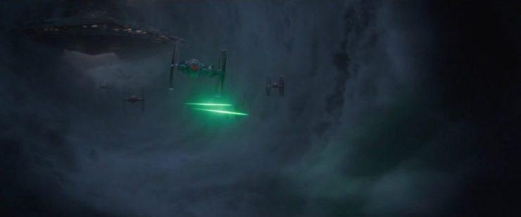 Gevolgd door de TIE fighters die de Star Destroyer verlaten die we in de teaser al door de wolken zagen opdoemen.