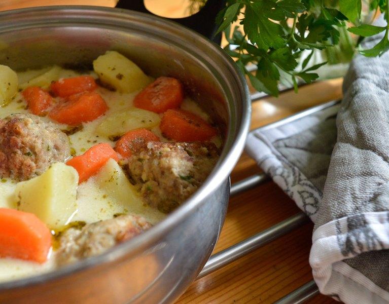 kartoflanka z pulpetami i marchewką