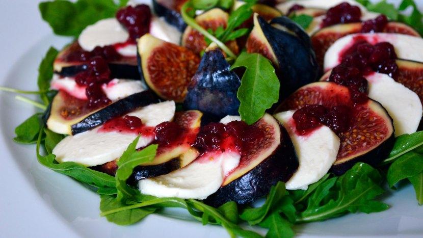 """Sałatka """"Caprese"""" z figami,mozzarellą i czerwoną borówką"""