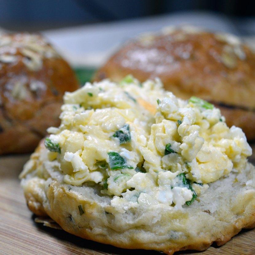 Pasta jajeczna z żółtym serem