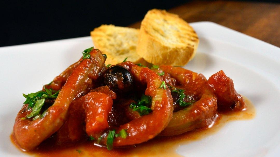 kalmary w sosie pomidorowym