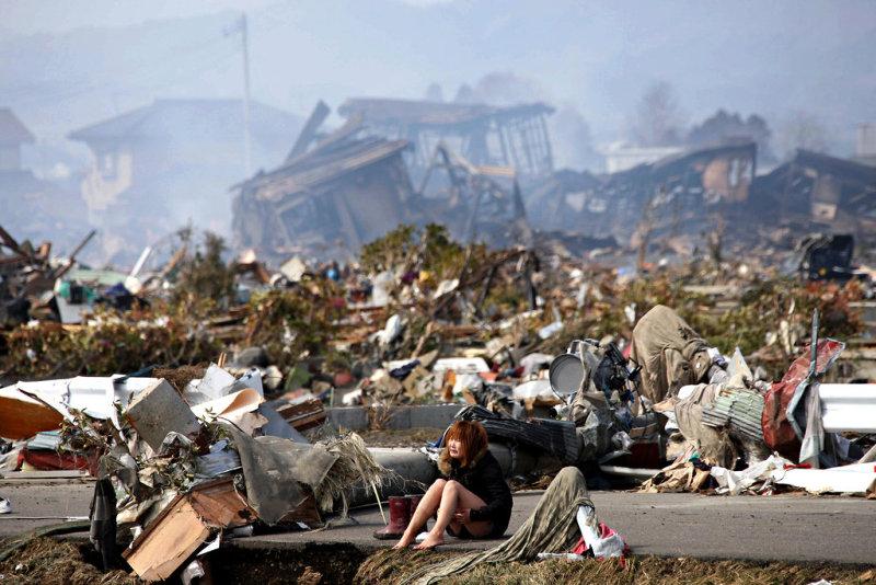 地震直後の被災地で佇むイトウアカリ(Akari Ito)さん
