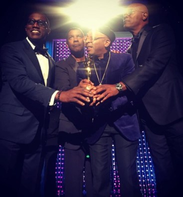 SPIKE and FRIENDS: Wesley Snipps, Denzel Washington and Samuel L. Jackson present Spike with his award