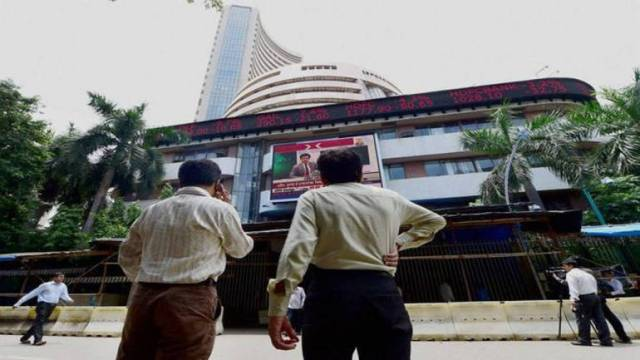 Market Live: Sensex extends losses, Nifty hovers around 9600-mark