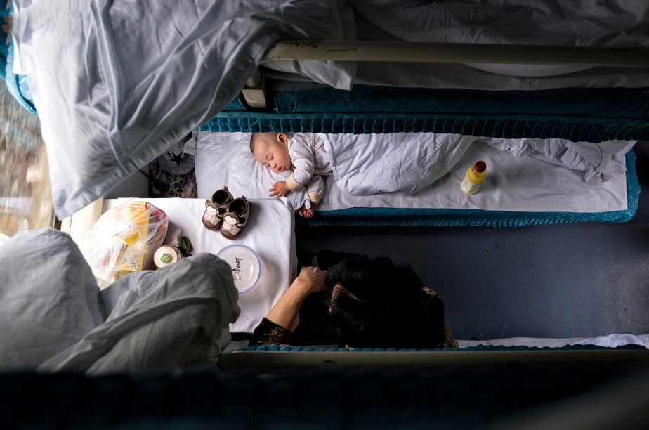Sleeping baby in a Chinese family house by Wix photographer Viktor Molnar