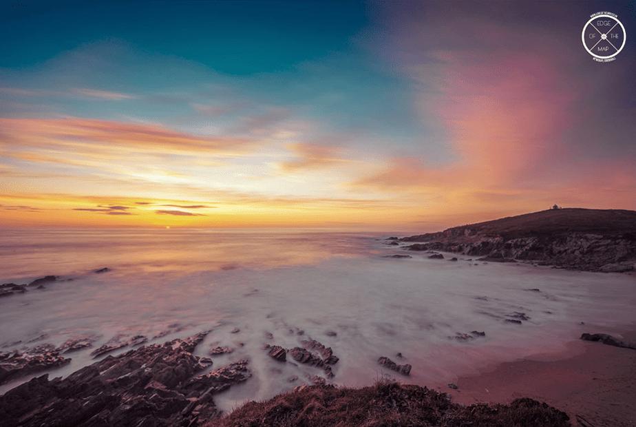 langzame blootstelling van een zonsondergang over het strand