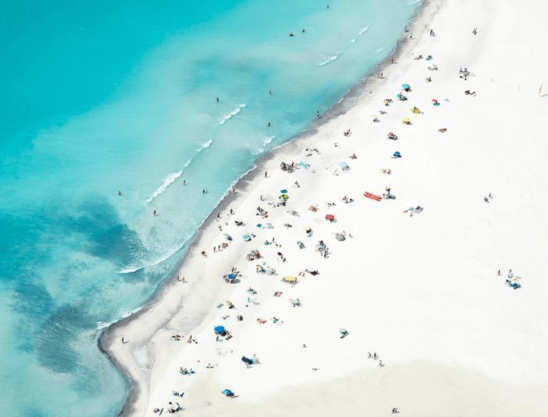 luchtfoto van een prachtig wit zandstrand met helder blauw water