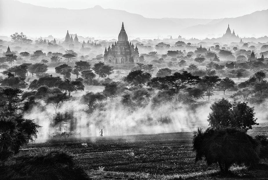 bagan boeddhistische monumenten bedekt door myst
