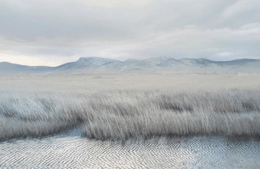 minimalistisch wit landschap van een rivier die naast een gebied onder de bergen overgaat