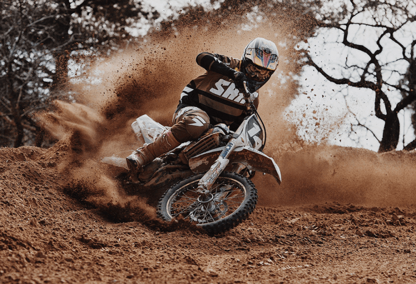 motorcross rijder verlaten van een spoor van stof