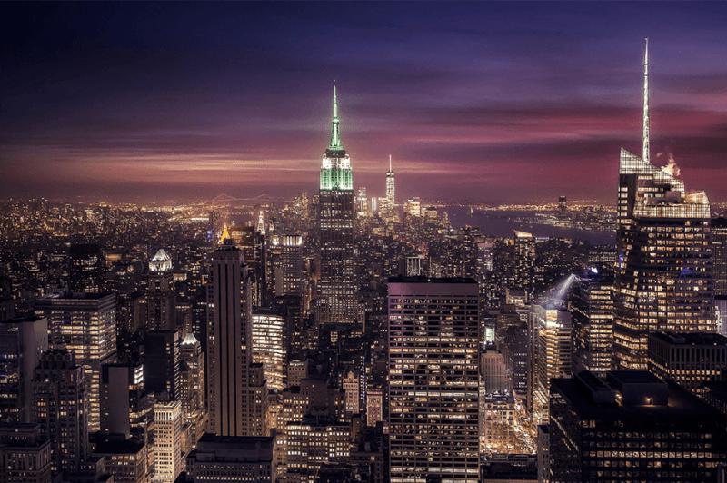 kleurrijke zonsondergang en nacht lichten uitzicht vanaf de top van de rots in New York City