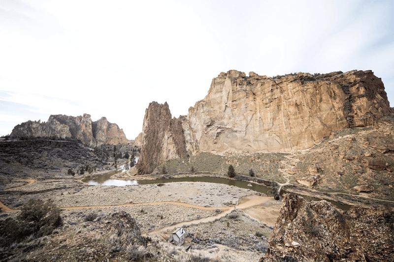 rotsbergen en kliffen op een veld en een rivier