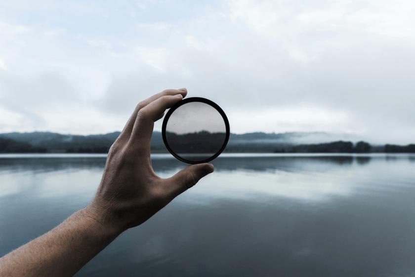 neutrale dichtheid filter gehouden voor een landschap