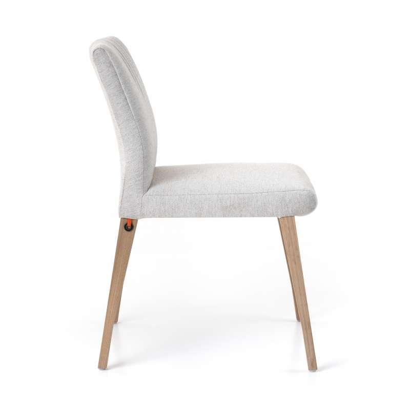 chaise cocooning en tissu plisse et pieds bois pure comfort mobitec