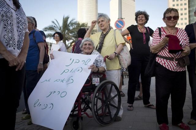 Hava Geller at a solidarity protest with draft refuser Natan Blank, Tel Aviv, May 21, 2013. (Oren Ziv/Activestills.org)
