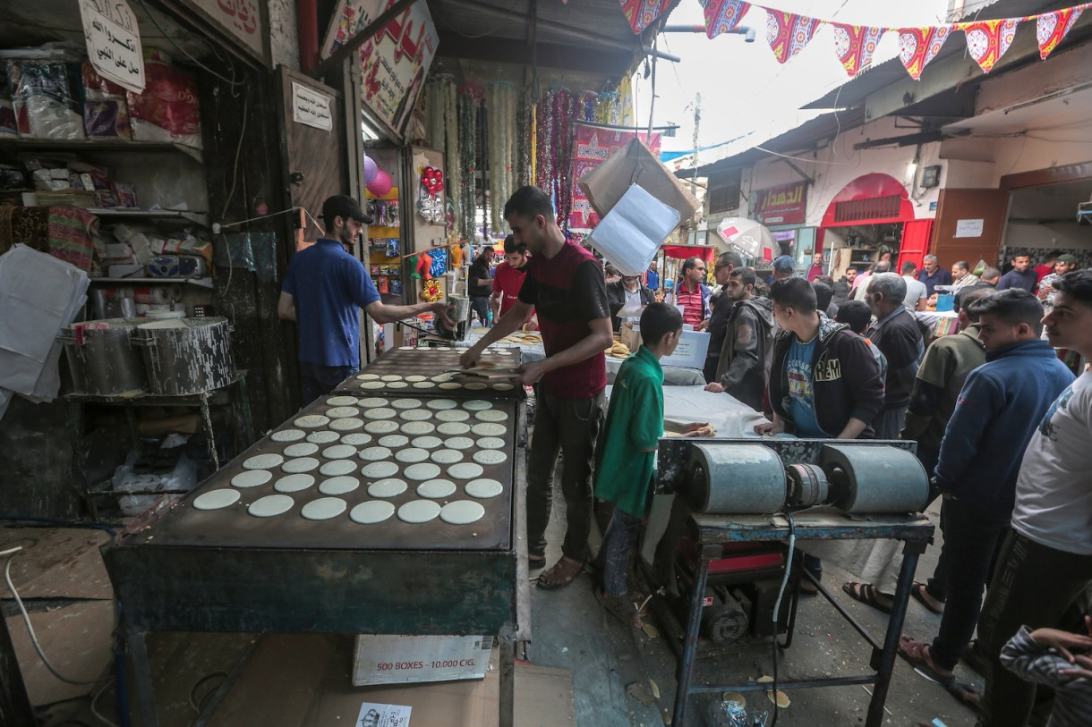 The coronavirus compounded the economic crisis in Gaza. For Abu Mahmoud, reducing the price of qatayef has not helped sales. Gaza City, April 27, 2020. (Mohammed Zaanoun)